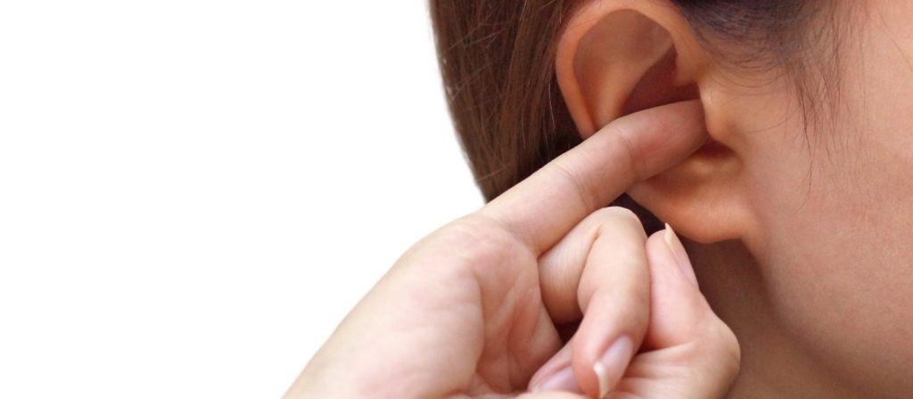 чешется ухо