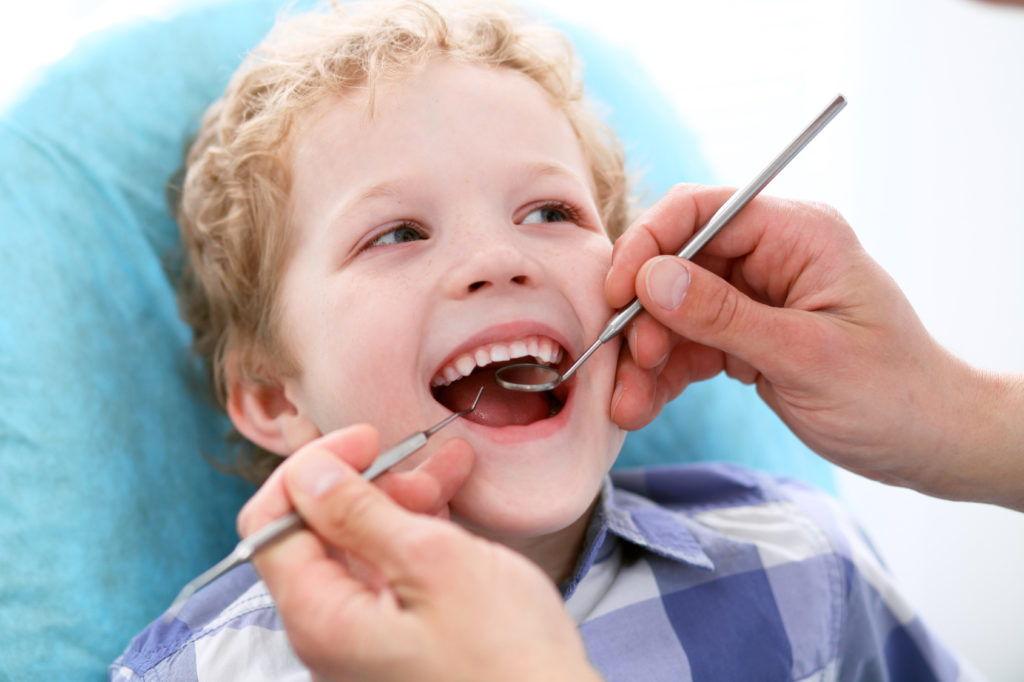 ребенок на приеме у стоматолага