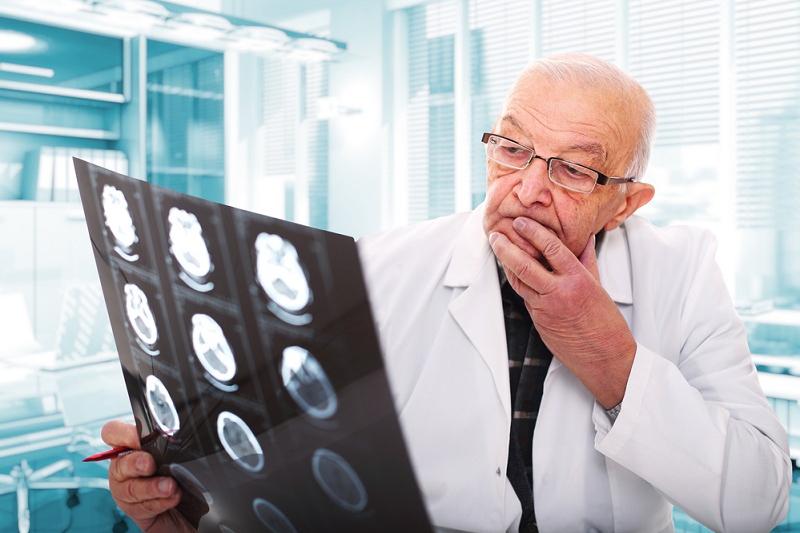 врач со снимком