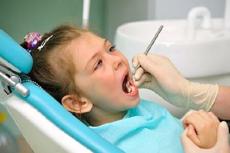 ребенок на осмотре у зубного